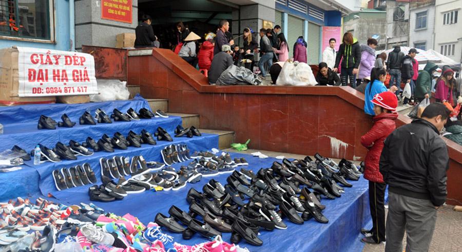 Có khá nhiều sạp hàng giày da nam đại hạ giá tại các chợ cửa khẩu