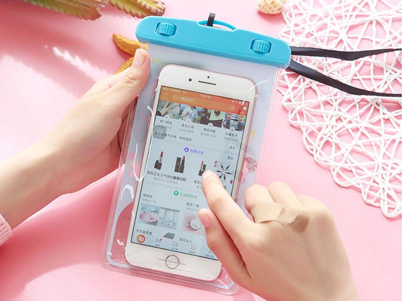 sử dụng túi đựng smartphone chống nước cho chuyến đi phượt, du lịch